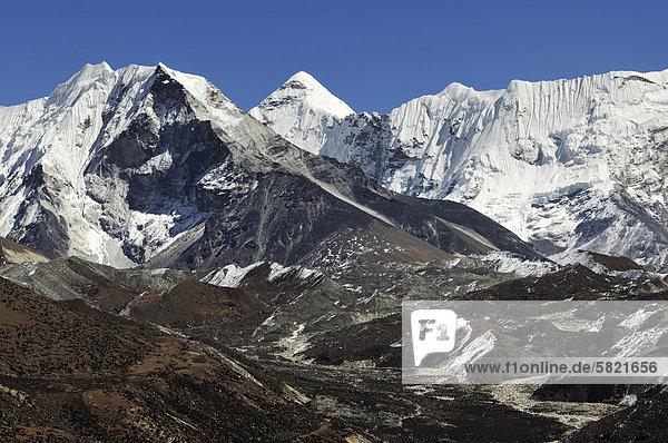 Nepal-Landschaft mit Gebirgszug im Hintergrund