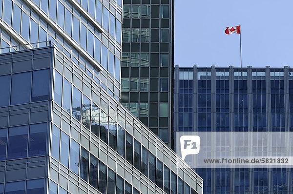 kanadische Fahnenschwingen auf Wolkenkratzer in vancouver