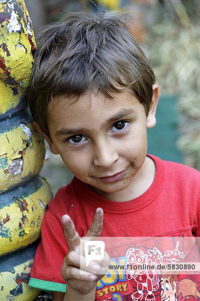 Kleiner Junge macht das Victory-Zeichen  Buenos Aires  Argentinien  Südamerika Kleiner Junge macht das Victory-Zeichen, Buenos Aires, Argentinien, Südamerika