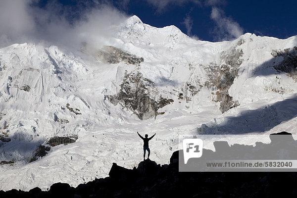 Silhouette einer Frau vor Nevado Chopicalqui  Cordillera Blanca  Anden  Peru  Südamerika