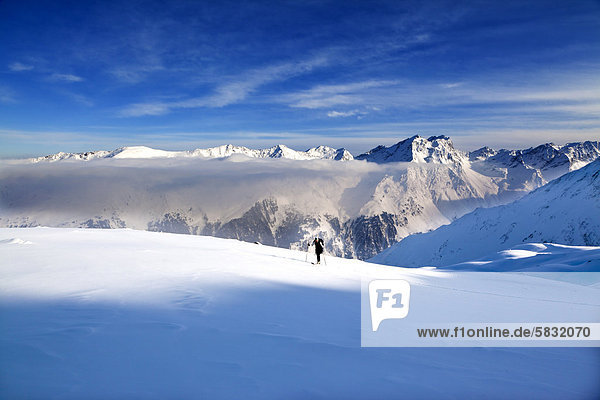 Skitourengeherin in der Nebeldecke  Sellrainer Berge  Stubaier Alpen  Nordtirol  Tirol  Österreich  Europa
