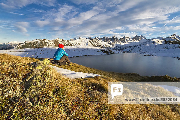 Frau blickt auf die Kalkkögel  Salfainssee  Axamer Lizum  Nordtirol  Tirol  Österreich  Europa