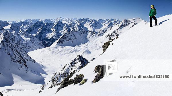 Gipfelblick mit junger Frau vom Winnebacher Weißkogel  Blick auf Stubaier und Ötztaler Alpen  Nordtirol  Tirol  Österreich  Europa