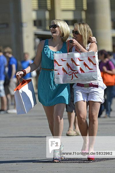Junge Frauen  Freundinnen  beim Shopping  Shoppen  Einkaufen  Königsstraße  Stuttgart  Baden-Württemberg  Deutschland  Europa  ÖffentlicherGrund