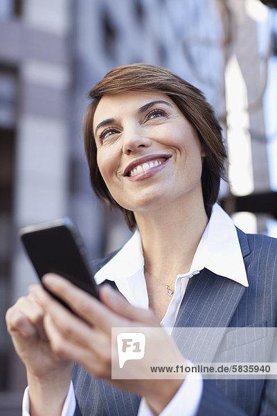 Handy  Außenaufnahme  benutzen  Geschäftsfrau  freie Natur