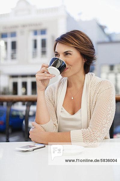 Frau  Cafe  trinken  Kaffee