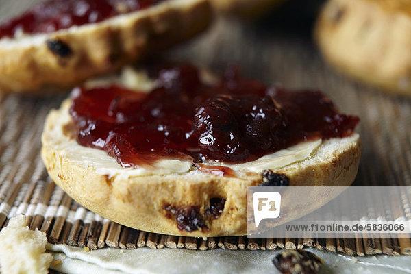 Nahaufnahme von geschnittenem Scone mit Marmelade