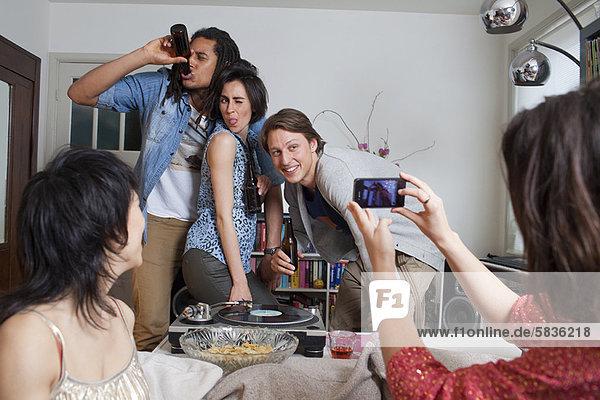 Freunde  die Fotos von sich machen