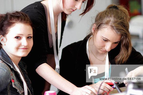 Studenten arbeiten im Technologie-Labor