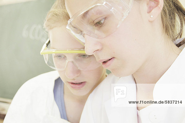 Studenten  die das Tragen von Schutzbrillen in lab