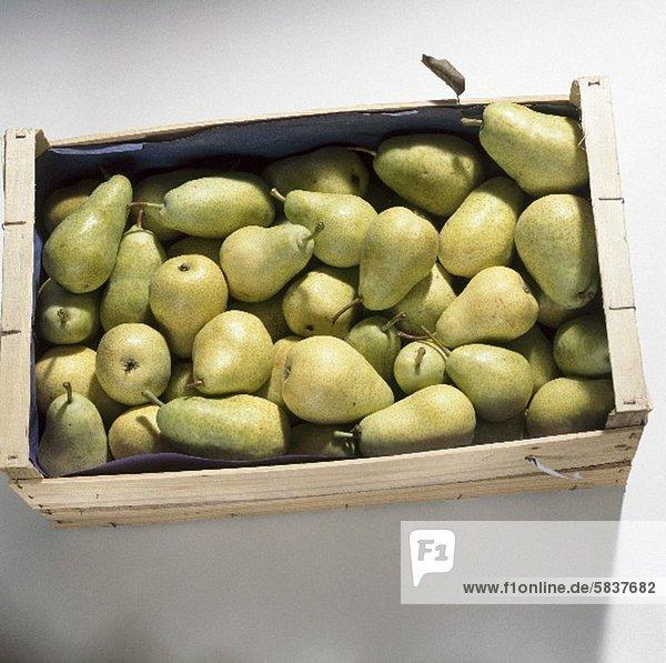 Eine Steige Birnen der Sorte Guyot