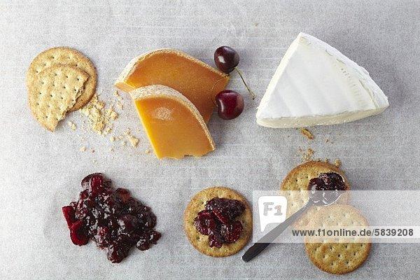 Verschiedene Käsesorten  Cracker und Kirschkompott