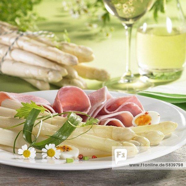 Spargel mit Schinken  Ei und Kamillenblüten  Weisswein