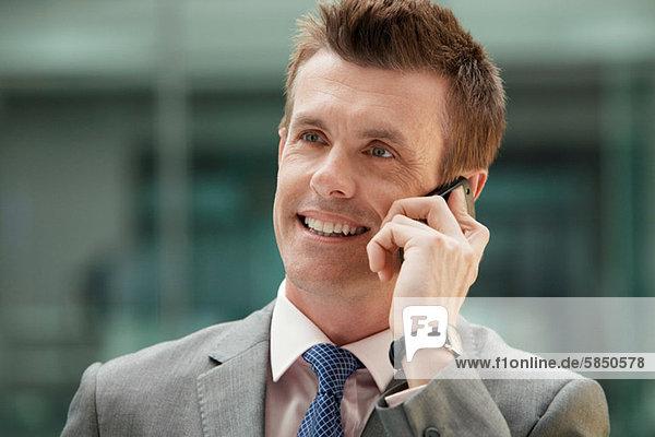 Geschäftsmann am Handy  Portrait