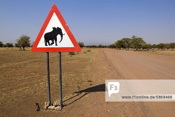 Straßenschild für Elefanten  Tsiseb Conservancy  Damaraland  Namibia