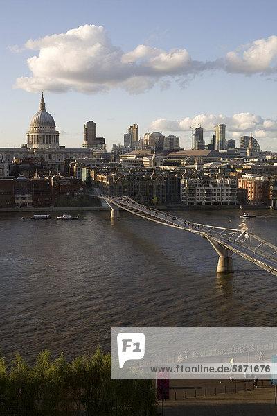 Stadtansicht am Abend  Themse  Millennium Bridge  London  England  Großbritannien  Europa