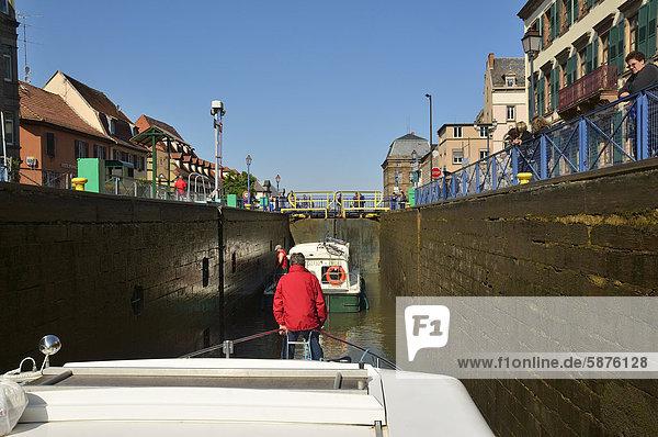 Schleuse  Stadteinfahrt mit Boot  Canal de la Marne au Rhin  Saverne  Elsass  Frankreich  Europa