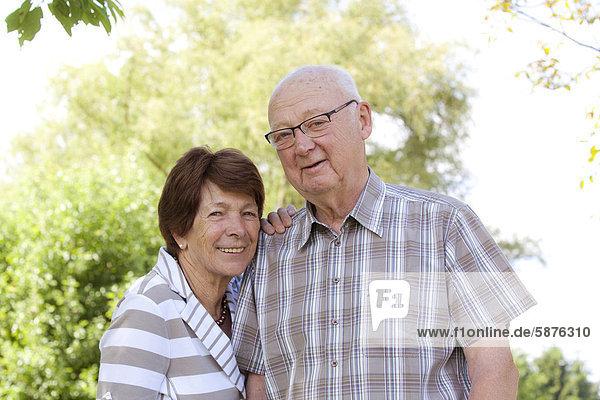 Älteres Ehepaar  Senioren  Rentner  70-80 Jahre  in Bengel  Rheinland-Pfalz  Deutschland  Europa