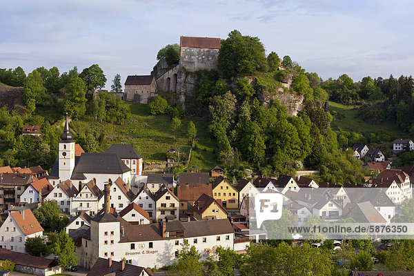 Ortschaft und Burg Pottenstein  Fränkische Schweiz  Franken  Nordbayern  Bayern  Deutschland  Europa