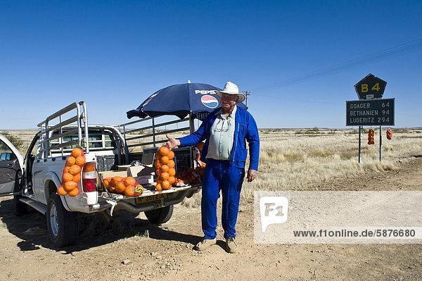 Bauer verkauft Apfelsinen an der B4 in Schwarzland  Namibia  Afrika
