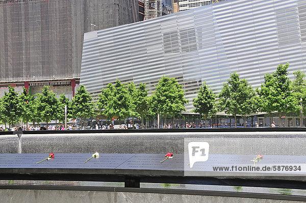 Gedenkstätte World Trade Center  Südbecken  die Namen der Opfer sind auf Bronzebändern  die die Becken umranden  eingefräst  dahinter das Museum  9-11 Memorial  Ground Zero  Financial District  Manhattan  New York City  USA  Nordamerika  Amerika  ÖffentlicherGrund
