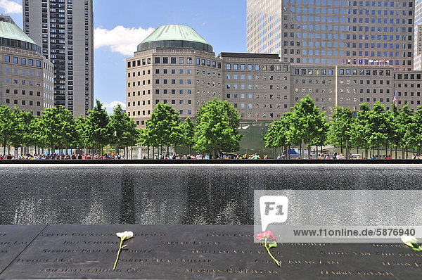 Gedenkstätte World Trade Center  Südbecken  die Namen der Opfer sind auf Bronzebändern  die die Becken umranden  eingefräst  dahinter das World Financial Center  9-11 Memorial  Ground Zero  Financial District  Manhattan  New York City  USA  Nordamerika  Amerika  ÖffentlicherGrund