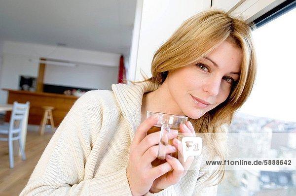 Portrait  Frau  Tasse  halten  jung  Gewürz  Tee
