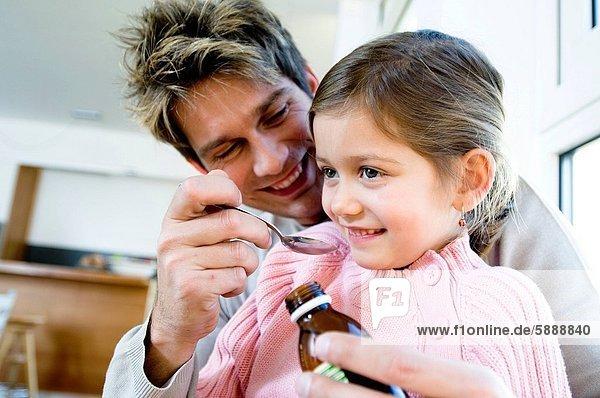 geben  Menschlicher Vater  Löffel  Tochter  Sirup