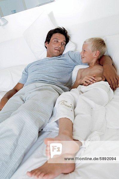 liegend  liegen  liegt  liegendes  liegender  liegende  daliegen  Mann  Sohn  Bett  Mittelpunkt  Erwachsener