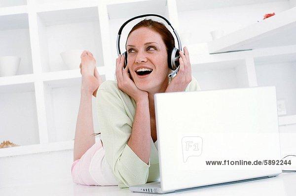 Frau  zuhören  Notebook  frontal  Musik  Mittelpunkt  Erwachsener