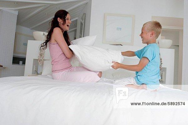 Profil  Profile  Frau  Sohn  Kampf  Bett  Kopfkissen  Mittelpunkt  Seitenansicht  Erwachsener