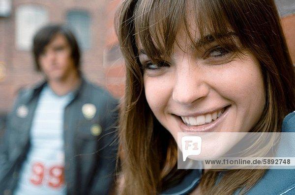 stehend  Frau  Mann  lächeln  Hintergrund  jung