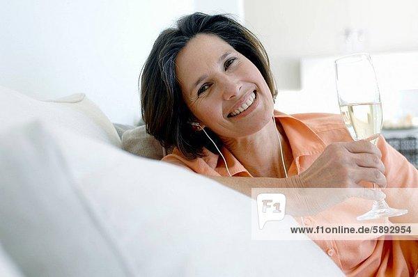 Portrait  Frau  zuhören  halten  Musik  reifer Erwachsene  reife Erwachsene  Champagner  Flöte