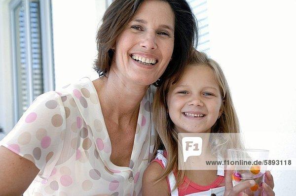 Frau  lächeln  Mittelpunkt  Tochter  Erwachsener