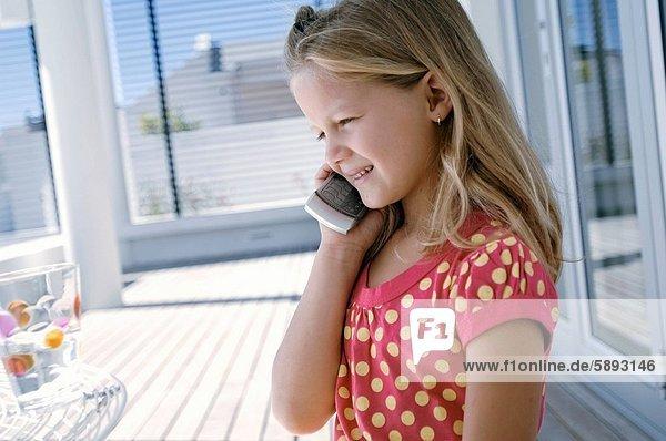 Handy  sprechen  lächeln  Kurznachricht  Mädchen