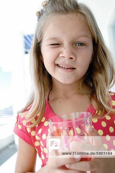 Wasser  Glas  halten  Mädchen  zwinkern