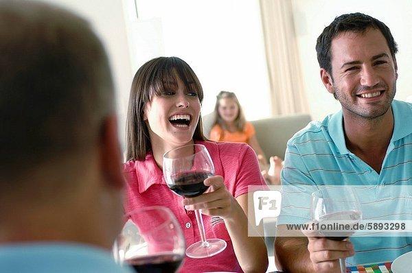 Frau  Mann  Wein  halten  2  jung