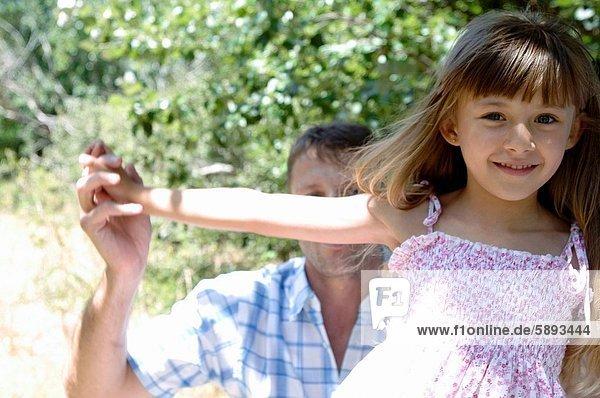 Portrait  Menschlicher Vater  Garten  Mädchen