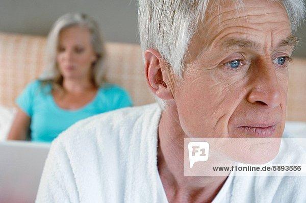 hinter  Senior  Senioren  benutzen  Frau  Mann  Notebook