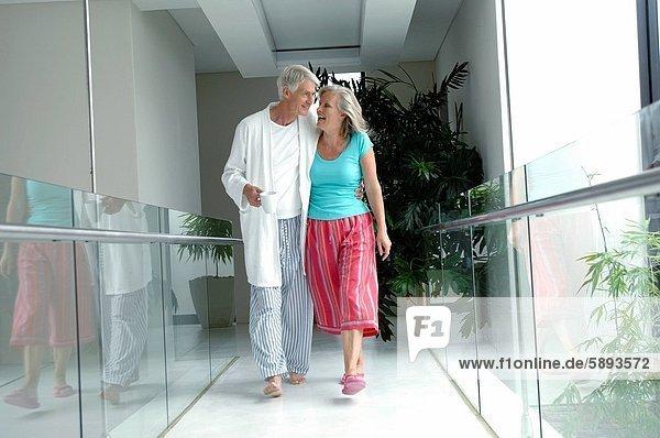 Korridor  Korridore  Flur  Flure  gehen  reifer Erwachsene  reife Erwachsene