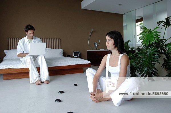benutzen  Frau  Mann  Notebook  üben  frontal  Mittelpunkt  Yoga  Erwachsener