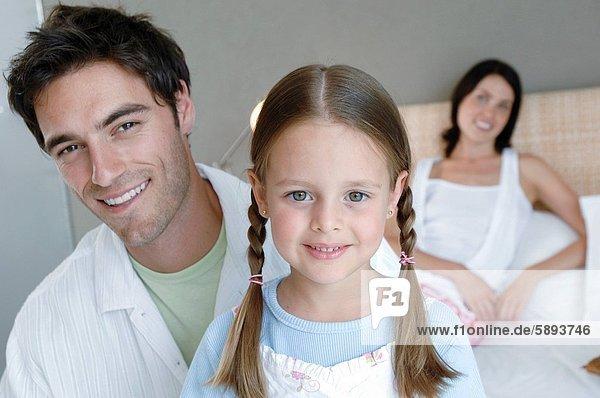 liegend  liegen  liegt  liegendes  liegender  liegende  daliegen  Portrait  Mann  Ehefrau  lächeln  Bett  Hintergrund  Mittelpunkt  Tochter  Erwachsener