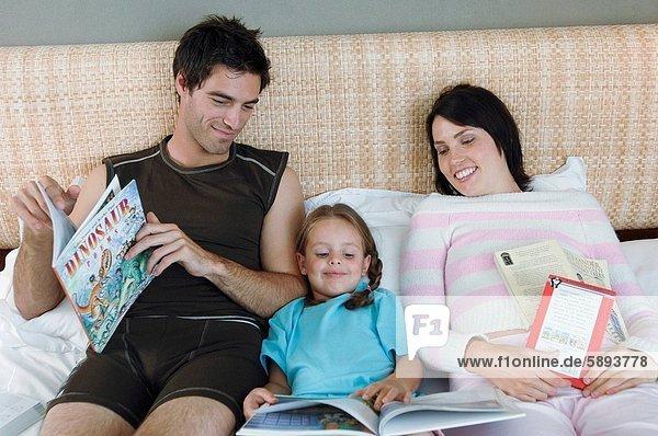 liegend  liegen  liegt  liegendes  liegender  liegende  daliegen  Buch  Bett  Mittelpunkt  Tochter  Erwachsener  vorlesen