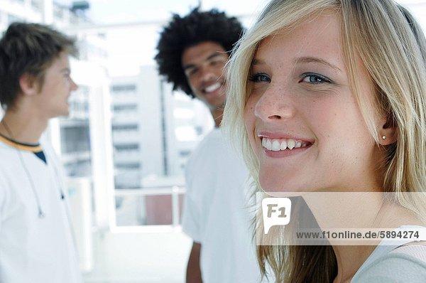 stehend  nebeneinander  neben  Seite an Seite  Portrait  Frau  Mann  lächeln  2  jung