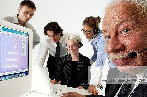 Zusammenhalt  Computer  5  Büro  arbeiten  frontal  Wirtschaftsperson  Business