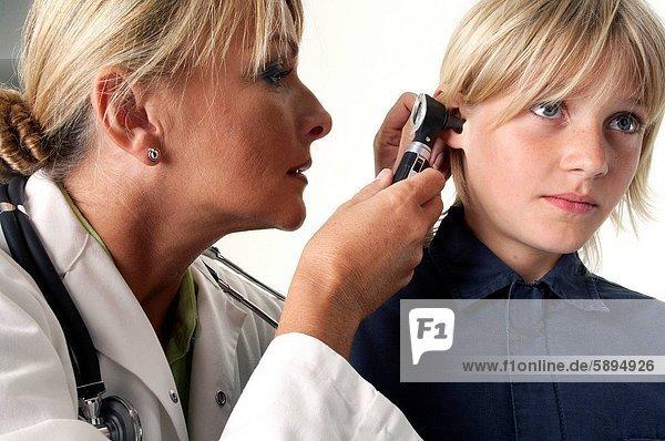 Patientin , Arzt , Untersuchung , Otoskop