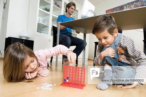 benutzen  Computer  Bruder  Menschlicher Vater  Schwester  Spiel  Hintergrund  spielen