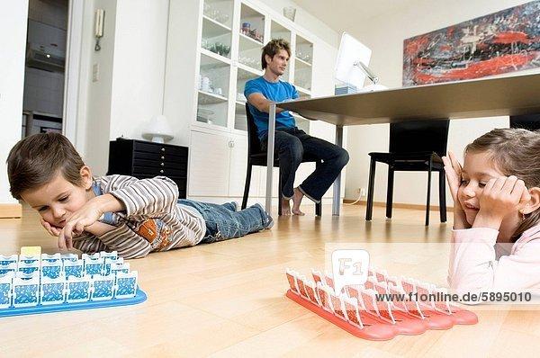 liegend  liegen  liegt  liegendes  liegender  liegende  daliegen  benutzen  Computer  Junge - Person  Menschlicher Vater  Spiel  Hintergrund  frontal  Mädchen