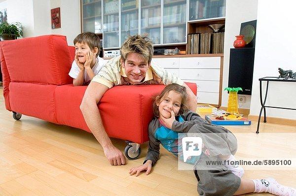 liegend  liegen  liegt  liegendes  liegender  liegende  daliegen  Portrait  lächeln  Menschlicher Vater  2  Couch