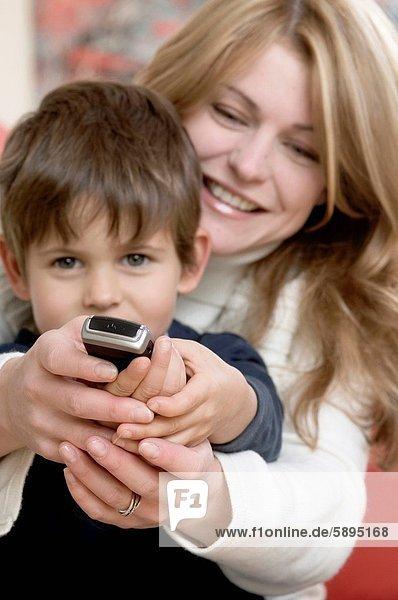 Handy  benutzen  Sohn  Kurznachricht  Mutter - Mensch
